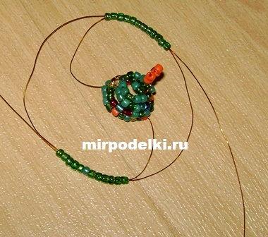 15- 20 минут времени и объемная Новогодняя ёлочка из бисера готова.  Ее можно использовать как игрушку на ёлку...