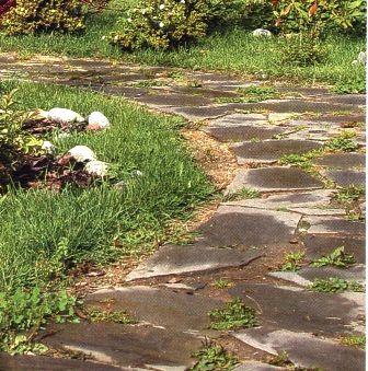 Садовая дорожка из бетонных плиток.